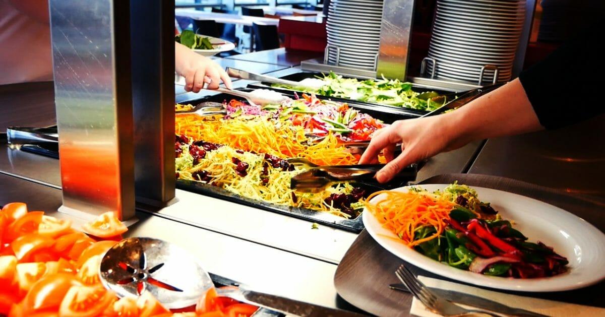 4 vinkkiä, joilla vältät lounasbuffet-ähkyn ja iltapäiväkooman – näin pysyt kylläisenä, mutta virkeänä